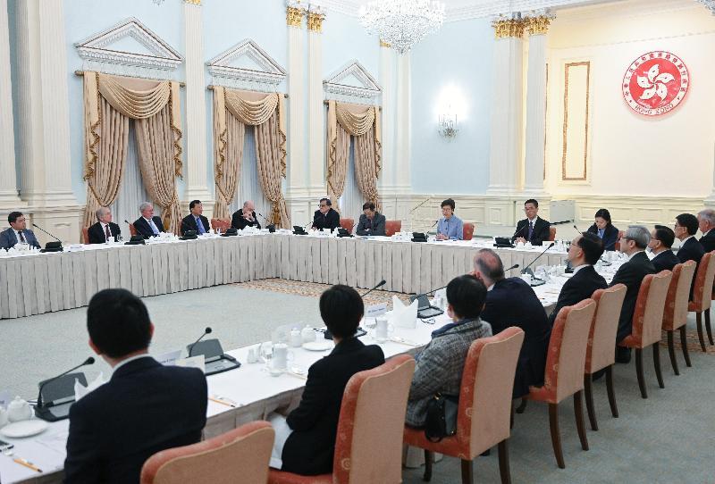 行政長官林鄭月娥(左八)今日(一月十日)在禮賓府與大學教育資助委員會成員會面,就本港高等教育的發展交換意見。