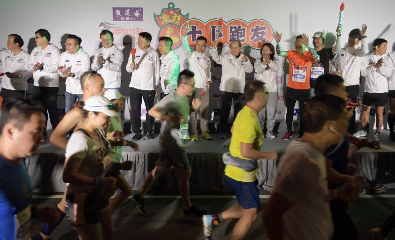 政務司司長張建宗(後排右六)和其他嘉賓今日(一月十二日)主持在東區走廊舉行的香港街馬2020起步儀式。