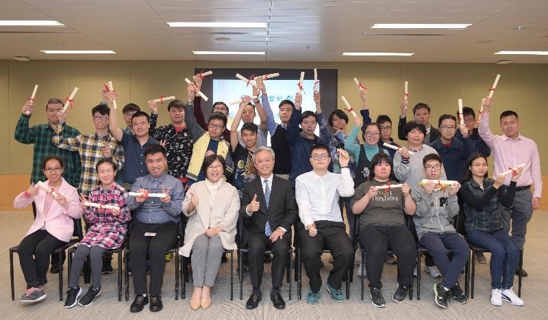 公務員事務局局長羅智光(前排中)今日(一月十三日)頒授實習證明書予展亮技能發展中心學員,他們上月完成了政府為殘疾學生而設的實習計劃。