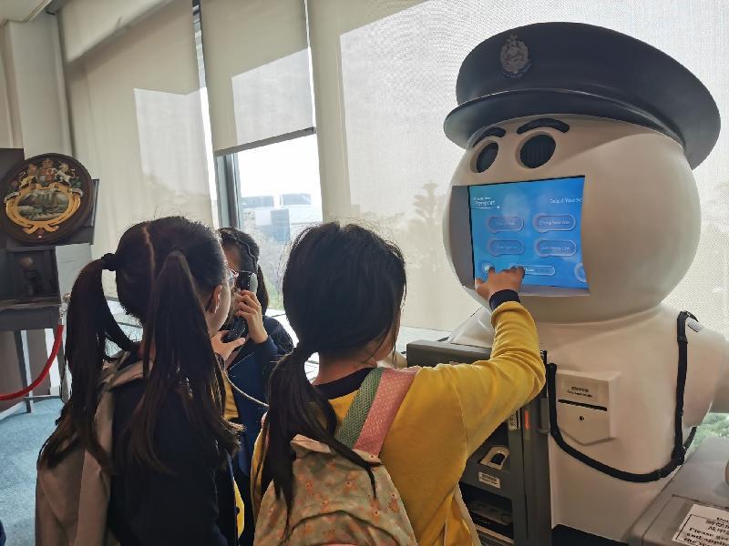 市民於一月十一日在入境事務學院開放日暨青年發展日透過參觀「教學資訊廊」認識更多入境事務處的工作和歷史。