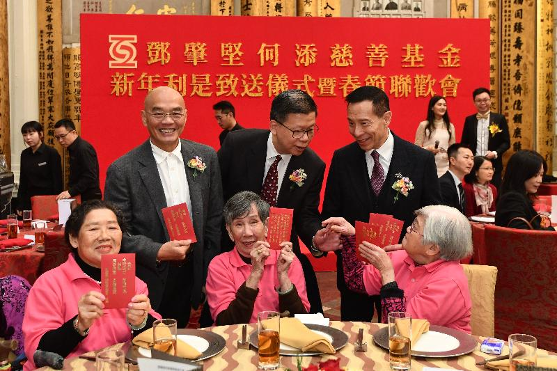 The Director of Social Welfare, Mr Gordon Leung (back row, centre), attended the annual lai see packet distribution ceremony and Lunar New Year celebration party of the Tang Shiu Kin and Ho Tim Charitable Fund today (January 13). Photo shows Mr Leung chatting with elderly participants at the event.