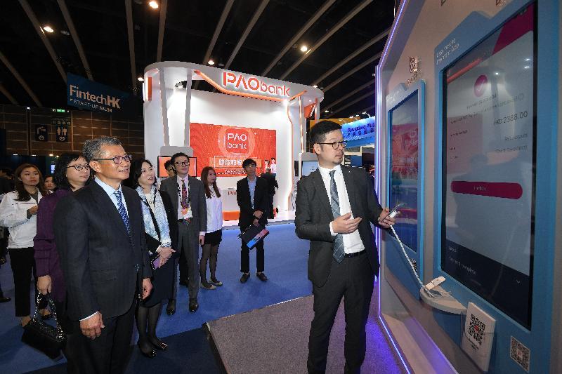 財政司司長陳茂波(左三)今日(一月十三日)在香港會議展覽中心出席第十三屆亞洲金融論壇,並參觀展覽攤位。