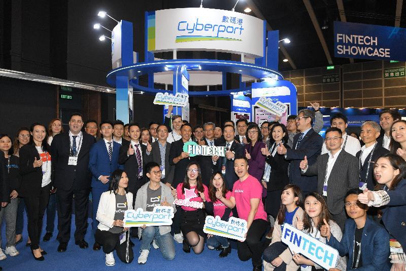 財政司司長陳茂波(第二排中)今日(一月十三日)在香港會議展覽中心出席第十三屆亞洲金融論壇,並參觀展覽攤位。旁為財經事務及庫務局常任秘書長(財經事務)李美嫦(第二排右六)。