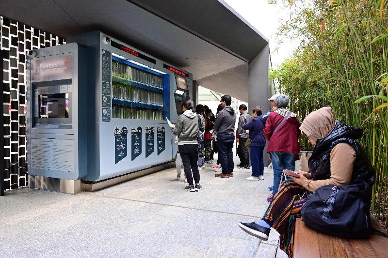 康樂及文化事務署香港公共圖書館今日(一月十五日)在大圍推出全港第三個自助圖書站。圖書站採用簡單的建築形態,並設有小型景觀花園及座椅,以便融入社區,為公眾提供一個輕鬆舒適的閱讀及休憩環境。