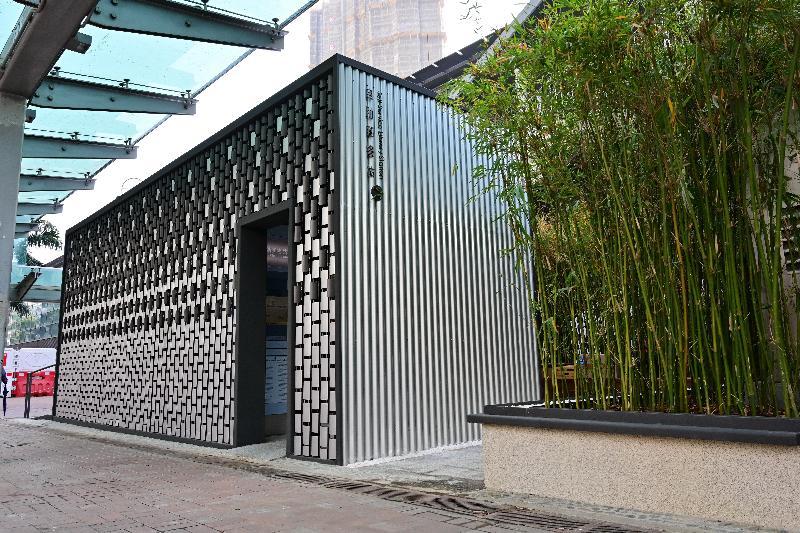 康樂及文化事務署香港公共圖書館今日(一月十五日)在大圍推出全港第三個自助圖書站。圖書站的設計以竹為概念,呼應傳統中國書籍--竹簡;竹片形狀的鋁磚串連在鋼索上,並沿不同的方向排列,形成高低起伏的紋理和有趣的外觀。