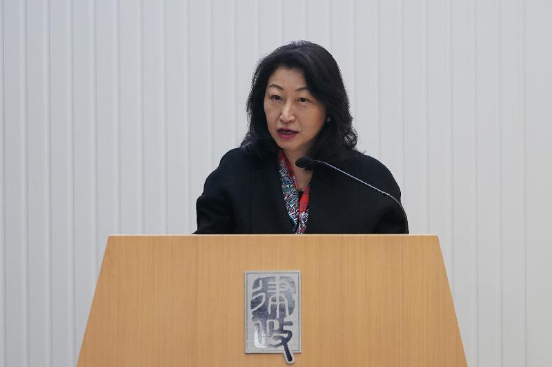 律政司司長鄭若驊資深大律師今日(一月十六日)出席由特許仲裁學會舉辦的第四十五屆「Alexander Lecture」講座。圖示她就投資者與東道國間爭議解決機制的演變發表演說。