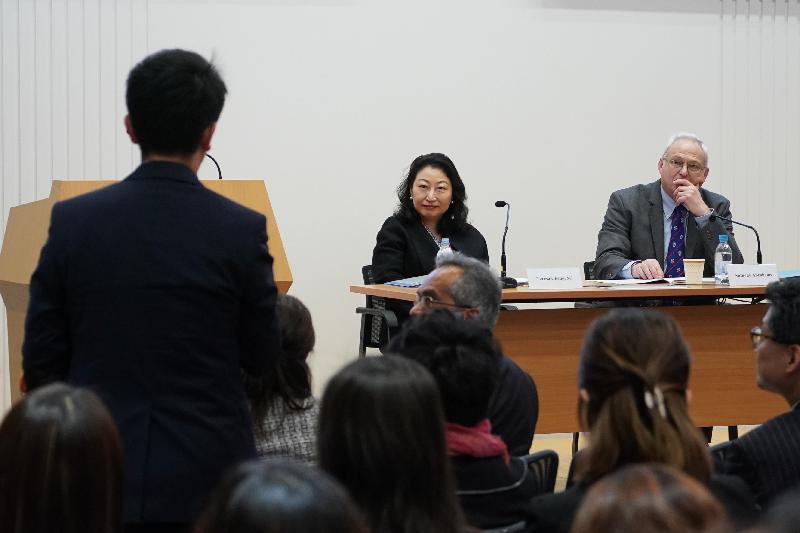 律政司司長鄭若驊資深大律師今日(一月十六日)出席由特許仲裁學會舉辦的第四十五屆「Alexander Lecture」講座。圖示鄭若驊(中)與該會總監Anthony Abrahams(右)在問答環節上跟與會者交流。