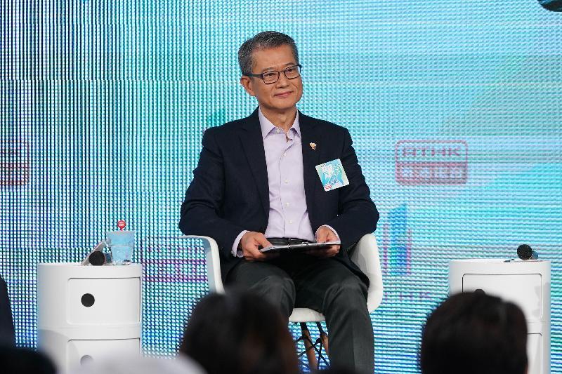 財政司司長陳茂波今日(一月十八日)上午出席香港電台第一台舉辦的《眾言堂──財政預算案諮詢》論壇。該節目在香港電台第一台、港台電視31、港台電視31A、港台網站和港台公共事務組Facebook專頁直播。