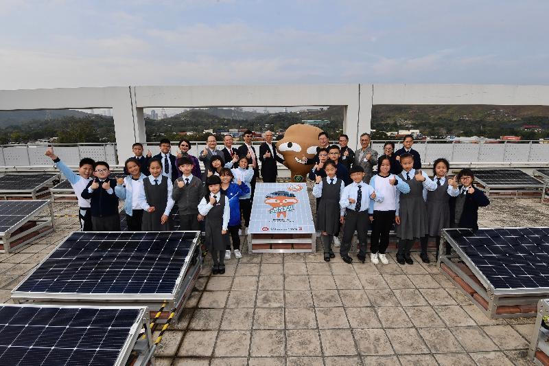 環境局局長黃錦星昨日(一月二十日)到訪上水鳳溪創新小學,視察位於學校天台的太陽能板。圖示黃錦星(後排左七)與嘉賓、師生及慳神於天台合照。