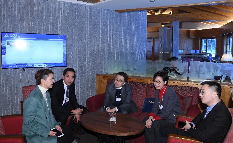 行政長官林鄭月娥今日(達沃斯時間一月二十一日)在瑞士達沃斯出席世界經濟論壇年會。圖示林鄭月娥(右二)在出席有關拓展亞洲科技領導地位的討論環節前與其他引領討論的嘉賓交流。