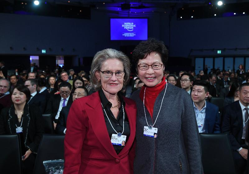 行政長官林鄭月娥今日(達沃斯時間一月二十一日)在瑞士達沃斯出席世界經濟論壇年會。圖示林鄭月娥(右)與施瓦布社會企業家基金會主席及共同創始人Hilde Schwab(左)合照。