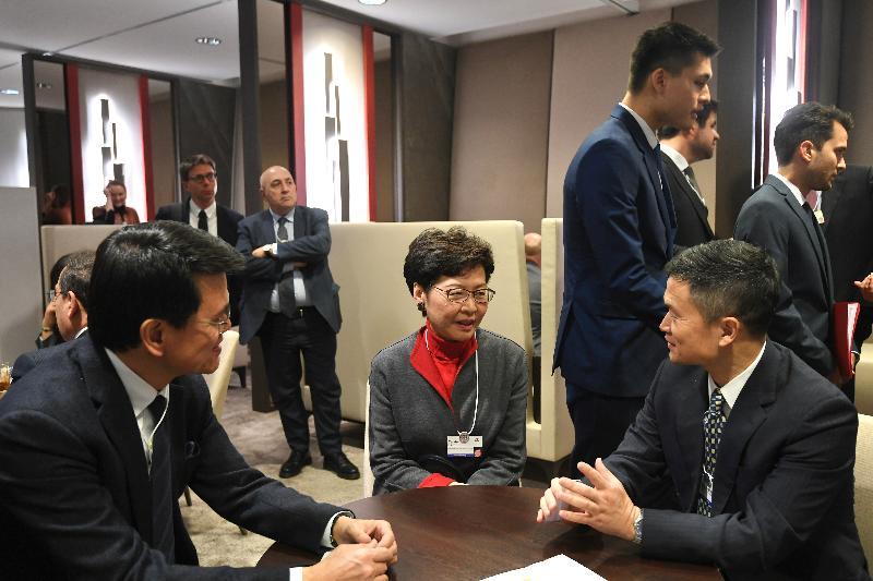 行政長官林鄭月娥今日(達沃斯時間一月二十一日)在瑞士達沃斯出席世界經濟論壇年會。圖示林鄭月娥(中)與中國證券監督管理委員會副主席方星海(右)會面。商務及經濟發展局局長邱騰華(左)亦有出席。
