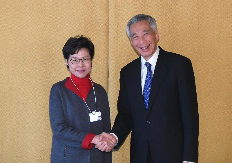 行政長官林鄭月娥今日(達沃斯時間一月二十一日)在瑞士達沃斯出席世界經濟論壇年會。圖示林鄭月娥(左)與新加坡總理李顯龍(右)會面。