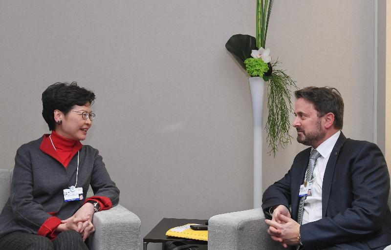 行政長官林鄭月娥今日(達沃斯時間一月二十一日)在瑞士達沃斯出席世界經濟論壇年會。圖示林鄭月娥(左)與盧森堡首相貝特爾(右)會面。