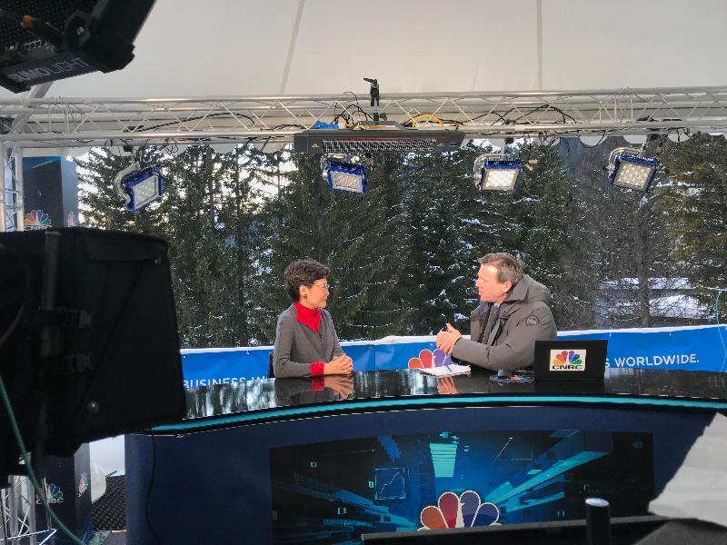 行政長官林鄭月娥今日(達沃斯時間一月二十一日)在瑞士達沃斯出席世界經濟論壇年會。圖示林鄭月娥(左)接受國際媒體訪問。