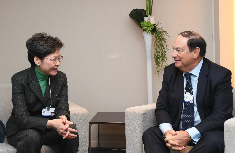 行政長官林鄭月娥今日(達沃斯時間一月二十二日)繼續在瑞士達沃斯出席世界經濟論壇年會。圖示林鄭月娥(左)與英國保誠主席Paul Manduca(右)會面。