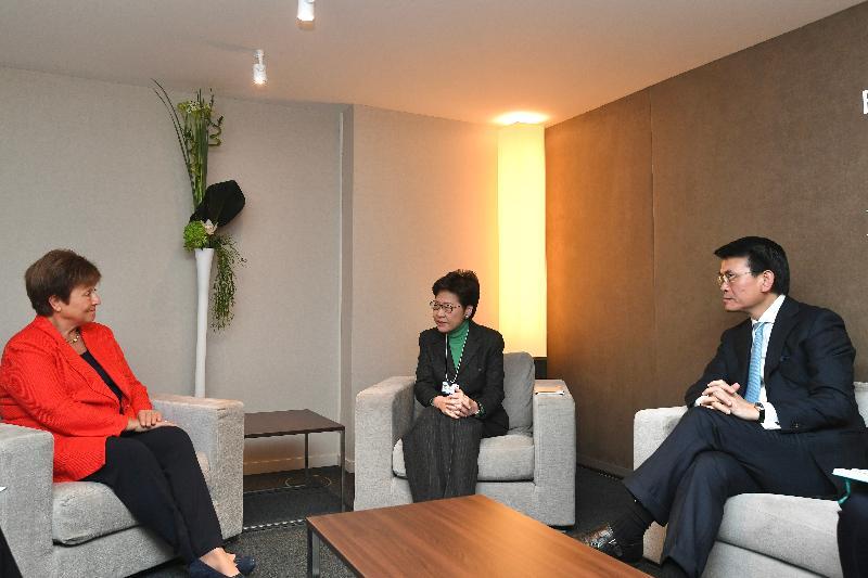 行政長官林鄭月娥今日(達沃斯時間一月二十二日)繼續在瑞士達沃斯出席世界經濟論壇年會。圖示林鄭月娥(中)與國際貨幣基金組織總裁格奥爾基耶娃(左)會面,商務及經濟發展局局長邱騰華 (右)亦有出席。