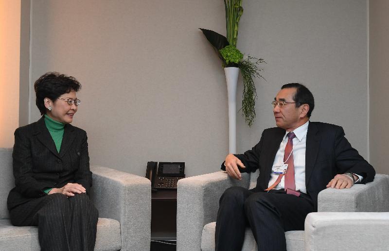 行政長官林鄭月娥今日(達沃斯時間一月二十二日)繼續在瑞士達沃斯出席世界經濟論壇年會。圖示林鄭月娥(左)與日本貿易振興機構理事長佐佐木伸彦(右)會面。