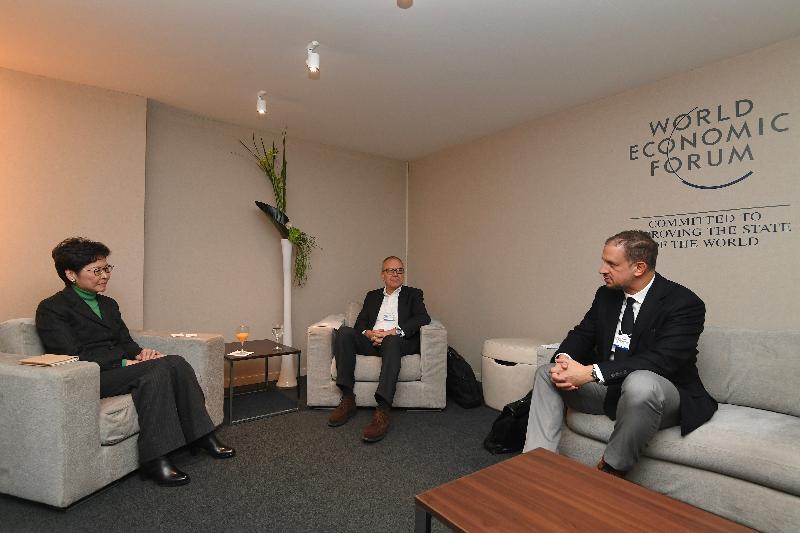 行政長官林鄭月娥今日(達沃斯時間一月二十二日)繼續在瑞士達沃斯出席世界經濟論壇年會。圖示林鄭月娥(左)與瑞士寶盛主席Romeo Lacher(中)及首席執行官Philipp Rickenbacher(右)會面。
