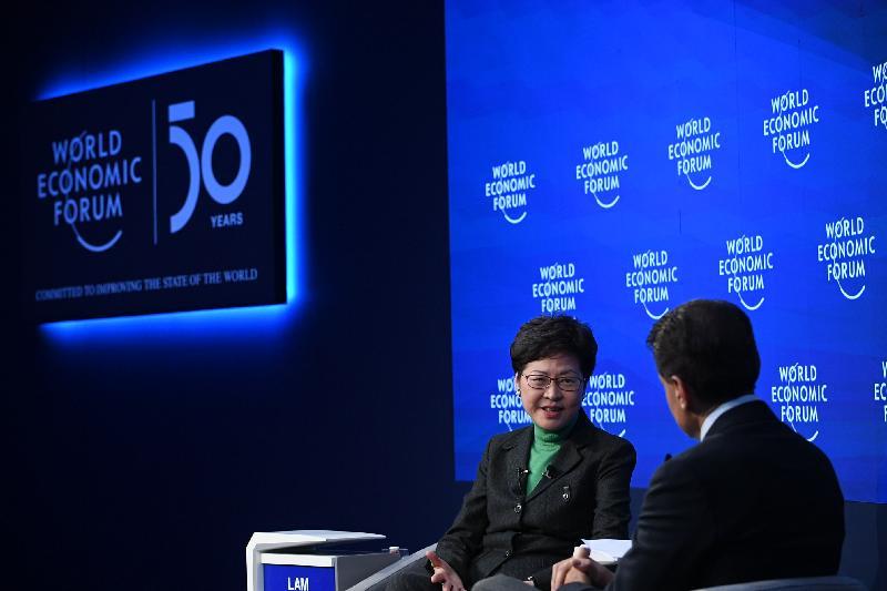 行政長官林鄭月娥今日(達沃斯時間一月二十二日)繼續在瑞士達沃斯出席世界經濟論壇年會。圖示林鄭月娥(左)在公開對談環節發言。