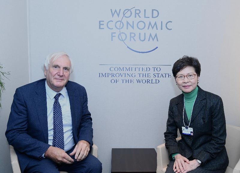 行政長官林鄭月娥今日(達沃斯時間一月二十二日)在瑞士達沃斯出席世界經濟論壇年會。圖示林鄭月娥(右)與英國首相首席戰略顧問Edward Lister爵士(左)會面。