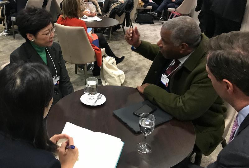 行政長官林鄭月娥今日(達沃斯時間一月二十二日)繼續在瑞士達沃斯出席世界經濟論壇年會。圖示林鄭月娥(左二)與Vista Equity Partners主席Robert Smith(右二)會面。