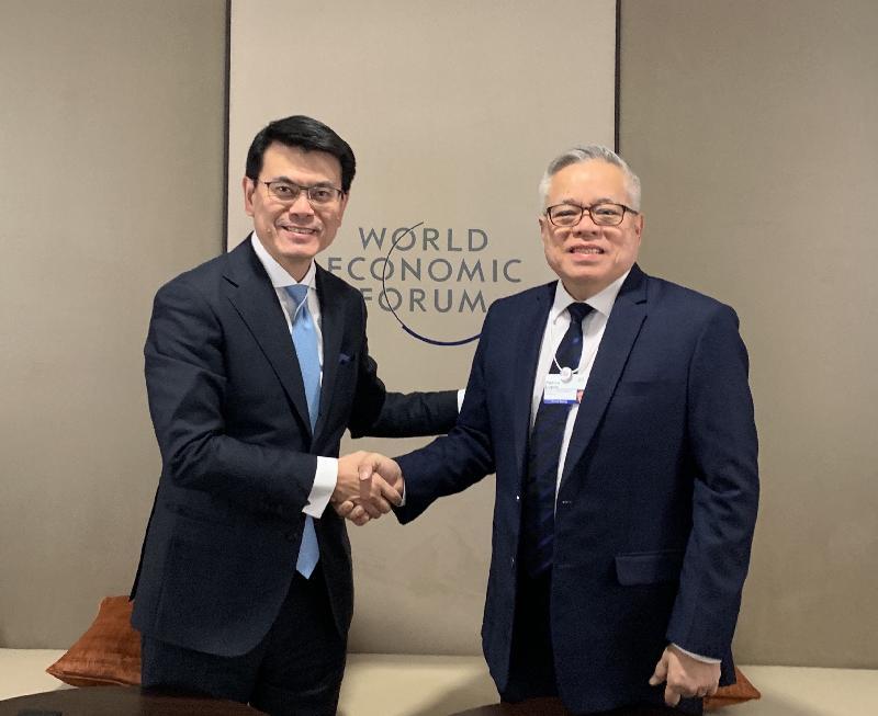 商務及經濟發展局局長邱騰華(左)昨日(達沃斯時間一月二十二日)於瑞士達沃斯與菲律賓貿易和工業部部長Ramon Lopez(右)會面,就貿易議題和共同關注事項交流意見。