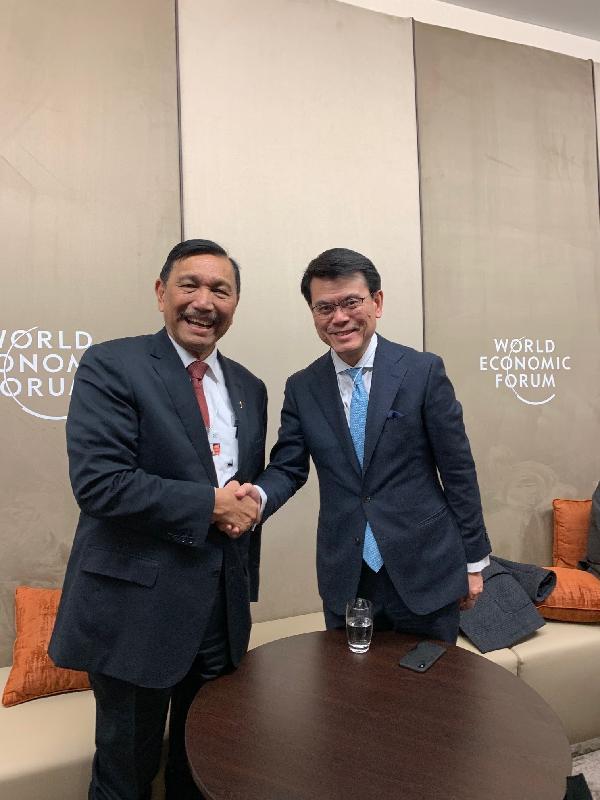 商務及經濟發展局局長邱騰華(右)昨日(達沃斯時間一月二十二日)於瑞士達沃斯與印尼海事與投資統籌部長Luhut Pandjaitan(左)會面。