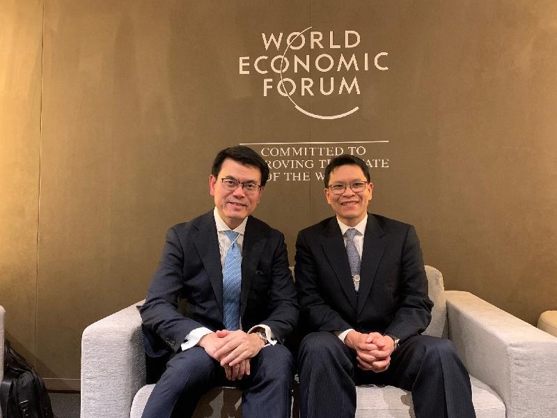商務及經濟發展局局長邱騰華(左)昨日(達沃斯時間一月二十二日)於瑞士達沃斯與泰國中央銀行行長維拉泰博士(右)會面。