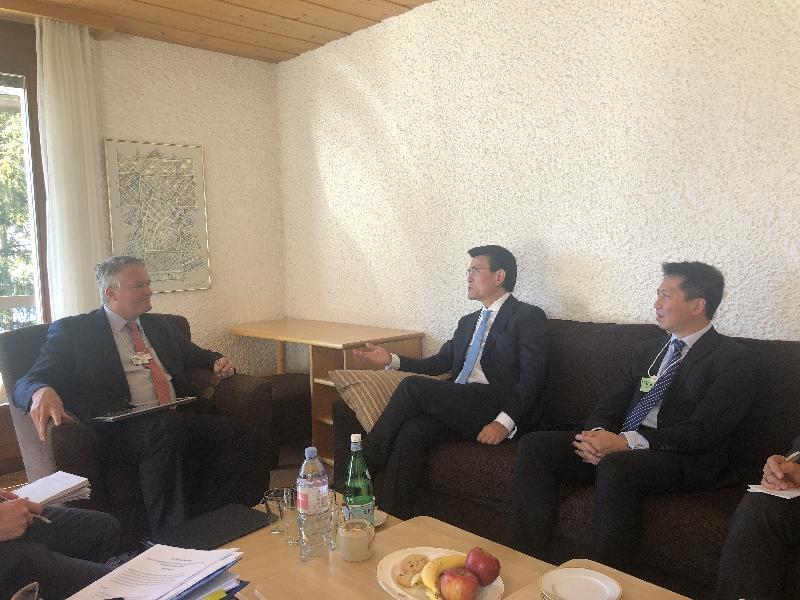 商務及經濟發展局局長邱騰華(中)昨日(達沃斯時間一月二十二日)於瑞士達沃斯與澳洲財政部長馬賽厄斯.科爾曼(左)會面,旁為香港駐歐洲聯盟特派代表張國財(右)。
