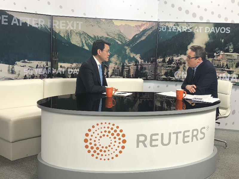 商務及經濟發展局局長邱騰華(左)昨日(達沃斯時間一月二十二日)於瑞士達沃斯接受國際媒體訪問,就香港最新發展作出回應。