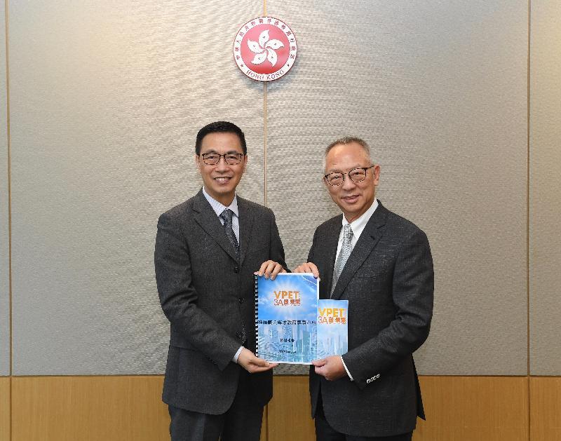 推廣職業專才教育專責小組主席鍾志平博士(右)今日(一月二十三日)向教育局局長楊潤雄(左)提交檢討報告。