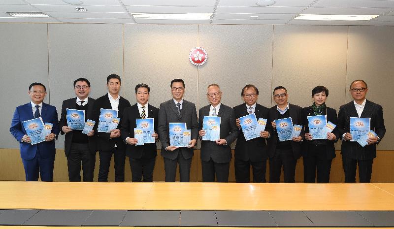 推廣職業專才教育專責小組主席鍾志平博士(右五)今日(一月二十三日)向教育局局長楊潤雄(左五)提交檢討報告。圖示他們與專責小組成員合照。