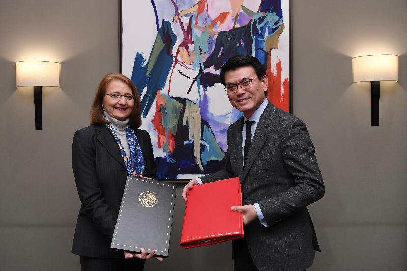商務及經濟發展局局長邱騰華昨日(達沃斯時間一月二十三日)在瑞士達沃斯出席世界經濟論壇年會期間,與墨西哥經濟部副部長Luz María de la Mora Sánchez博士簽署促進和保護投資協定。圖示邱騰華(右)和Luz María de la Mora Sánchez博士(左)交換已簽訂的文本後合照。