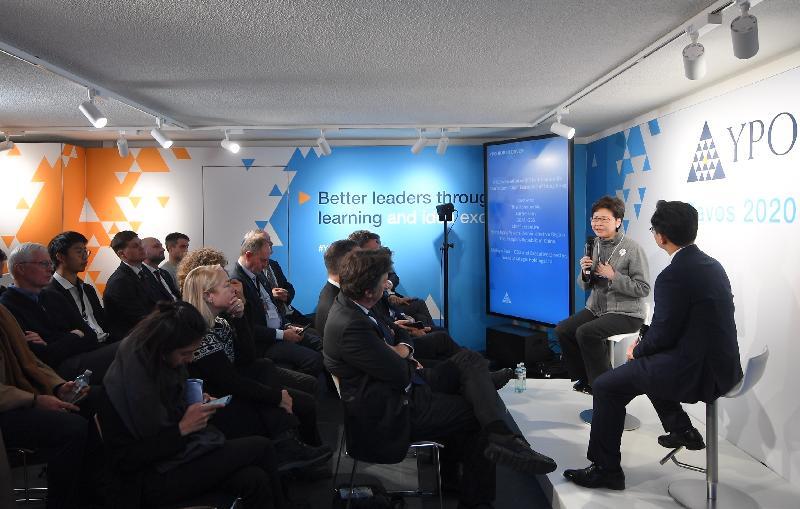 行政長官林鄭月娥今日(達沃斯時間一月二十三日)繼續在瑞士達沃斯出席世界經濟論壇年會。圖示林鄭月娥(左)在青年主席組織舉辦的研討會發言。