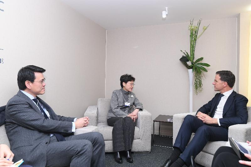 行政長官林鄭月娥今日(達沃斯時間一月二十三日)繼續在瑞士達沃斯出席世界經濟論壇年會。圖示林鄭月娥(中)與荷蘭王國首相馬克‧呂特(右)會面,商務及經濟發展局局長邱騰華(左)亦有出席。