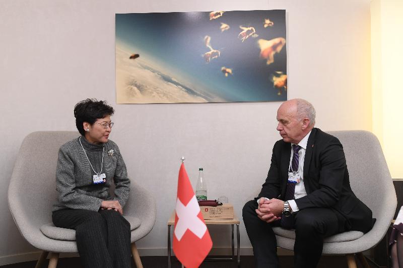 行政長官林鄭月娥今日(達沃斯時間一月二十三日)繼續在瑞士達沃斯出席世界經濟論壇年會。圖示林鄭月娥(左)與瑞士聯邦委員兼財政部首長Ueli Maurer會面(右)。