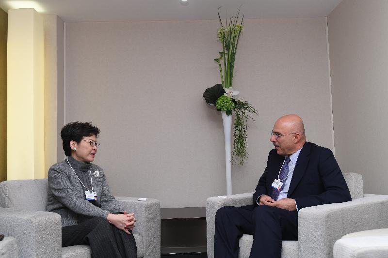 行政長官林鄭月娥今日(達沃斯時間一月二十三日)繼續在瑞士達沃斯出席世界經濟論壇年會。圖示林鄭月娥(左)與Investcorp執行主席Mohammed Alardhi(右)會面。