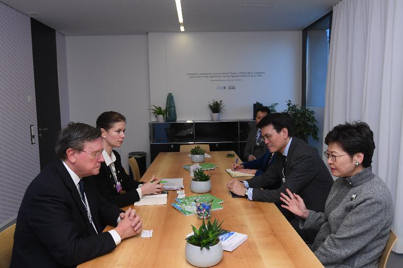 行政長官林鄭月娥今日(達沃斯時間一月二十三日)繼續在瑞士達沃斯出席世界經濟論壇年會。圖示林鄭月娥(右一)與渣打集團主席José Viñals(左一)會面。商務及經濟發展局局長邱騰華 (右二)亦有出席。