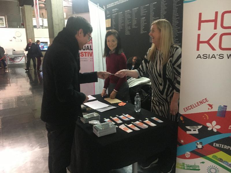 香港駐倫敦經濟貿易辦事處贊助於一月二十三日(倫敦時間)在倫敦的英國電影協會放映《家有囍事》,圖示嘉賓登記入場。