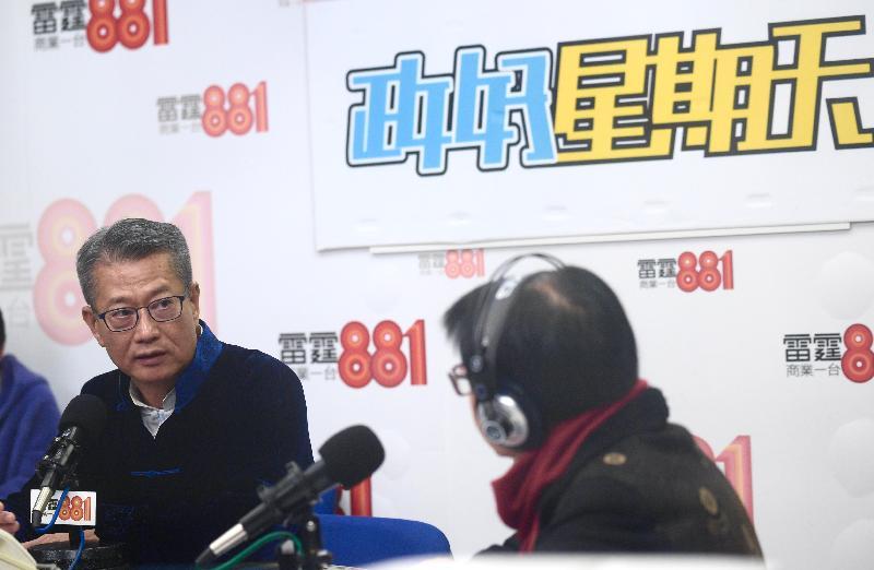 財務司司長陳茂波(左)今早(一月二十六日)出席商業電台節目「政好星期天」。