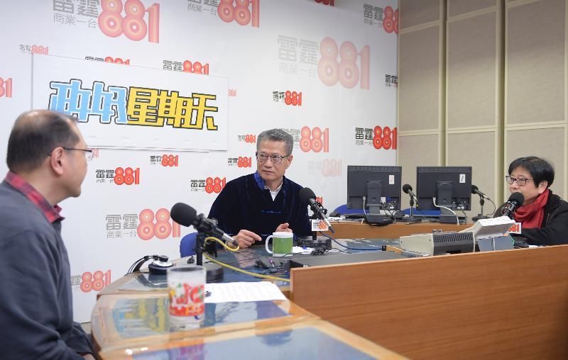 財務司司長陳茂波(中)今早(一月二十六日)出席商業電台節目「政好星期天」。