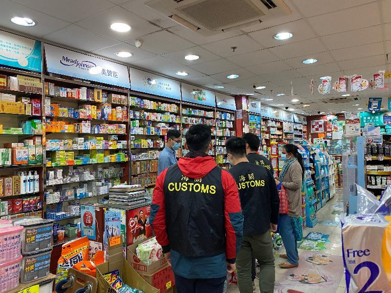 香港海關於一月二十七日展開代號「守護者」的全港性大規模特別行動,出動近二百名海關人員,全面巡查全港各區及檢視市面上出售的外科口罩,確保市面出售的外科口罩產品符合《商品說明條例》及《消費品安全條例》的規定。截至今日(一月二十九日)為止,已經巡查超過一百八十個出售外科口罩的零售點,行動將會繼續。