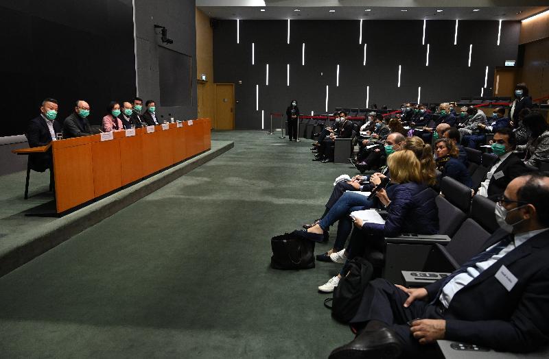 政務司司長張建宗(左四)昨日(二月二日)和相關局長與各駐港總領事會面,闡述特區政府的防疫抗疫工作。