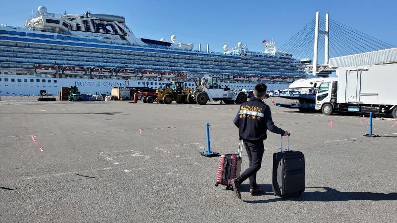 入境事務處(入境處)和香港駐東京經濟貿易辦事處一直竭力為正停泊在日本橫濱的「鑽石公主號」上接受檢疫的香港居民提供適切可行的協助。圖示入境處人員帶着小禮物包,通過郵輪公司送遞予船上的香港居民。