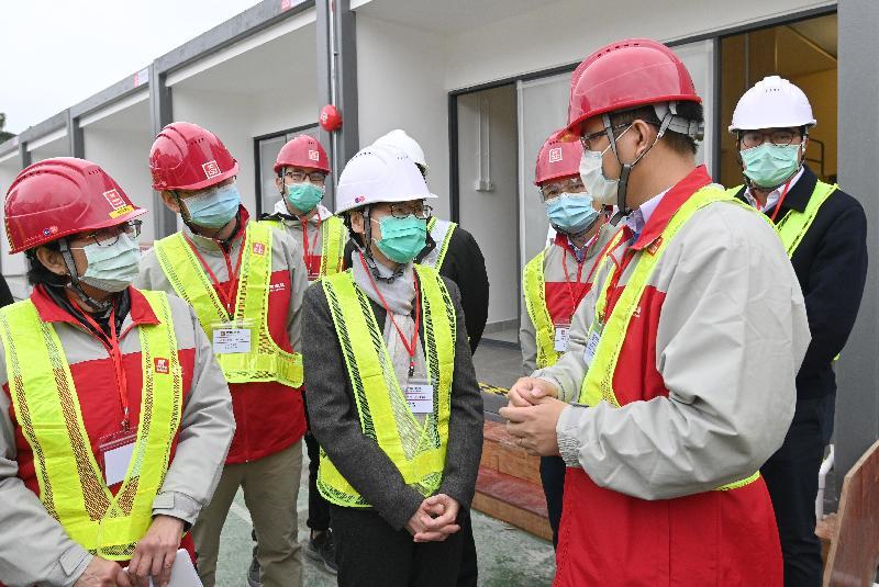 行政長官林鄭月娥(左四)二月十一日到鯉魚門公園度假村視察在現有檢疫中心所在地,以組合屋形式增建流動單位的工程進行情況。