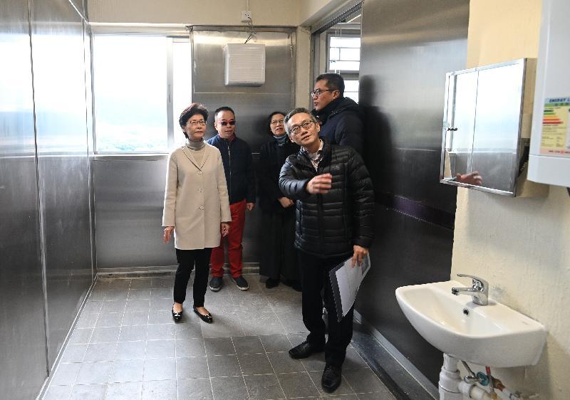 行政長官林鄭月娥(左一)今日(二月十六日)到多個地點視察抗疫工作,了解前線人員的工作情況,並感謝他們在疫情期間緊守崗位,同心為香港抗疫出力。圖示林鄭月娥在食物及衞生局局長陳肇始教授(左三)及發展局局長黃偉綸(右一)陪同下,在八鄉少年警訊中心聽取建築署人員介紹將中心內部分設施改建成檢疫中心的工程進度。