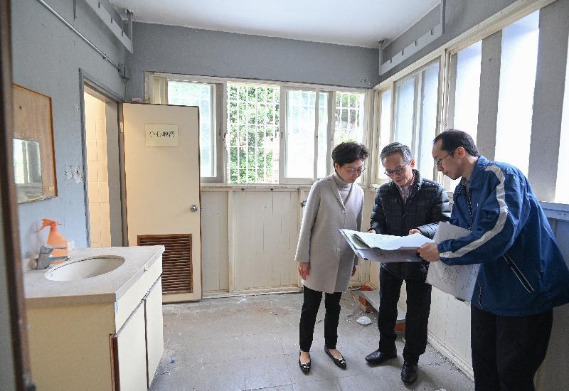 圖示林鄭月娥(左一)在八鄉少年警訊中心了解將中心內部分設施改建成檢疫中心的工程進度。