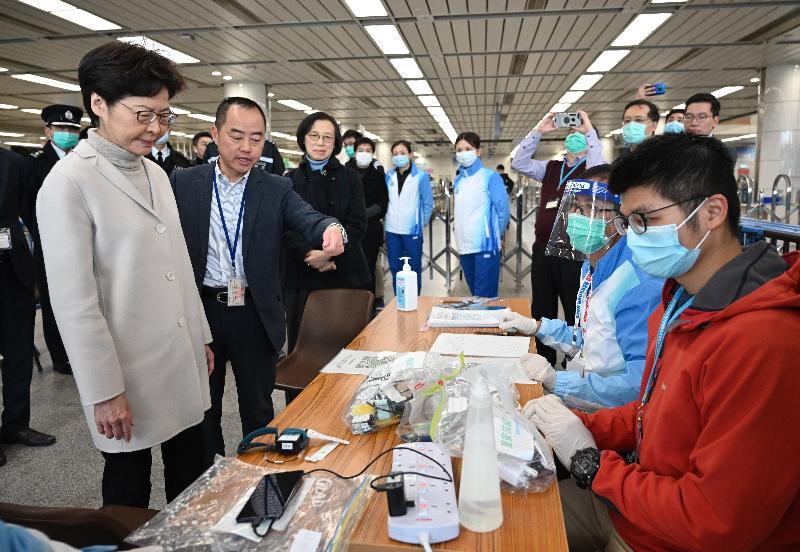 圖示林鄭月娥(左一)在深圳灣口岸了解對從內地入境人士實施強制檢疫的運作情況。