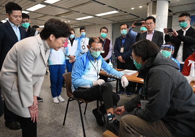 圖示林鄭月娥(左二)在深圳灣口岸了解如何為須檢疫人士佩戴電子手環,以監察他們有否留在居所。